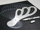 Na tmavý základ vytvořte vzory pomocí spirografického křídla a bílé lakovací tužky