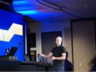 CES 2011: Člověk z RAZERu ukazuje, jak se Portal 2 ovládá pohybem, černá koule na stole podle magnetického pole rozpoznává pohyb ovladačů