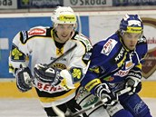 Litvínovský Jaroslav Kracík (vlevoa) bojuje  Jakubem Svobodou z Komety Brno.