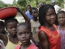 Darlene mezi dětmi ve vesnici Marchand Dessaline (11. ledna 2010)
