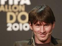 Lionel Messi odpovídá novinářům před vyhlášením vítězů ankety Zlatý míč 2010.