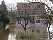 Rozvodněná Mže zatopila  rodinné domy v Plzni Radčicích