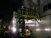Hasiči likvidují požár v kotelně pily Stora Enso v Plané