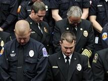 Američtí policisté při smutečním ceremoniálu v arizonském Tucsonu (12. ledna 2011)