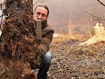 Zoolog Správy národního parku Podyjí Martin Valášek instaluje