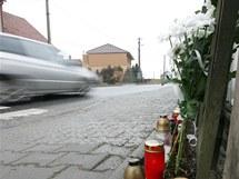 Na památku tragického úmrtí školačky zapálili lidé asi dvacítku svíček na okraji chodníku u přechodu pro chodce v centru Rapotic na Třebíčsku.