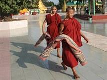 U obří Pagody v Twante byli jen mniši, turisté tentokrát nedorazili