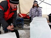 Ledové sochy na Pustevnách. Na fotce šestiletá Alice Holčová a Jaroslav Holec