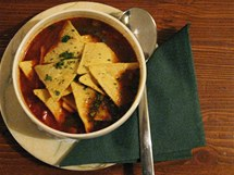 Fazolová polévka s kukuřičnými chipsy.