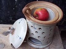 Pícka na jablko vypadá v podstatě jako aromalampa. Pouze místo mističky na olej má hlubší mističku na jablko