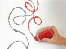 Kuličkou se dají po stěně malovat úplně volné motivy