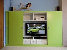 Skříňka s posuvnými dveřmi skrývá i malý televizor