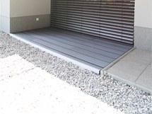 Stejný materiál byl použit na terasách i na části fasády
