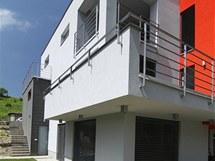 Na menší terasy je přístup zobytných místností vyšších podlaží