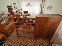 Skříně přepažovaly místnost na dvě části