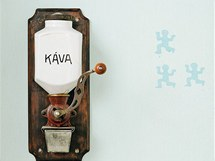 Atmosféru dodávají i starožitné a funkční detaily, například mlýnek na kávu