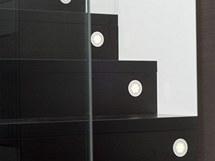 Schody osvětlují LED bodovky v podstupnicích