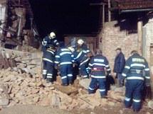 Hasiči prohledávají trosky zříceného domu v Lošticích.