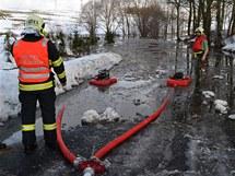 Voda zaplavila příjezdovou cestu do Bošířan na Sokolovsku.