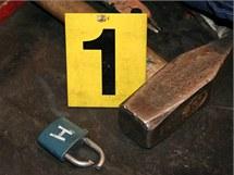 Zloděj ukradl v Jeseníku příslušenství ke sváření i přesto, že bylo zabezpečno 21 visacími zámky.