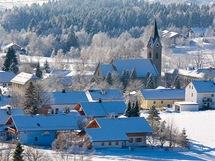 Bavorský les. Z dřevěné rozhledny se nabízí i pěkný pohled na městečko Neuschönau.