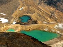 Ozdobou sopečné krajiny na treku Tongariro Crossing jsou Smaragdová jezírka.