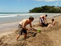 Hot Water Beach na poloostrově Coromandel: tady si turisté za odlivu kopou termální bazénky.