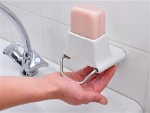 Švýcarská designérka Nathalie Stämpfli navrhla závěsnou škrabku na mýdlo
