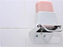 Mýdlo se seřezává pomocí struhadla. Do dlaně padají malé vločky mýdla, které se ve vodě dobře rozpouští