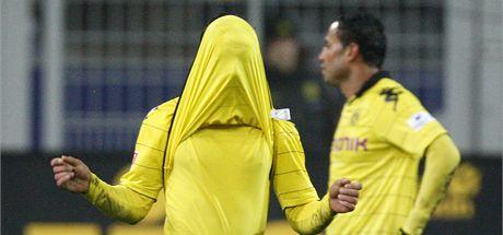 STRA�IDLO? Dortmundsk� Mario G�tze si skr�v� hlavu do dresu pot�, co jeho t�m remizoval se Stuttgartem.