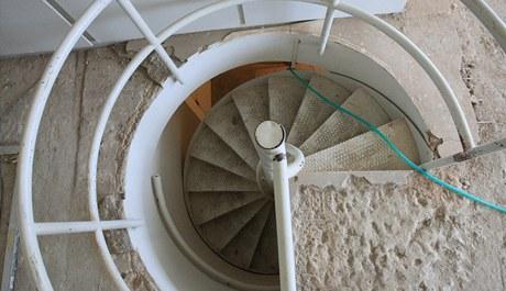 Točité schodiště nyní pokrývá nevzhledné linoleum. Po rekonstrukci na zemi bude původní bělavé lino. To dodá německá firma, která jej pro vilu vyrobila už v roce 1930.