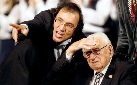 Sir Nicholas Winton s režisérem Matějem Mináčem. (20. ledna 2011)