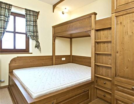 Do ložnice pro hosty se podařilo navíc umístit ještě jednu příčnou postel