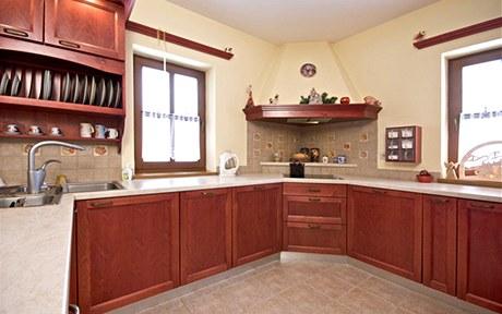 Kuchyně je upravená mořidlem s voskovým efektem a pak ještě dokončená polyuretanovým lakem