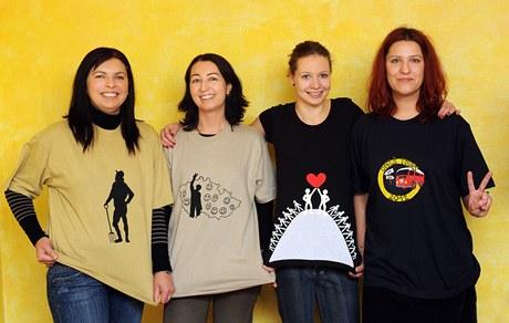 """Kamarádky Daniely Boušové, které si její """"recy věci"""" zamilovaly, oblečeny do triček na téma """"Ratměřice - Vesnice roku"""""""