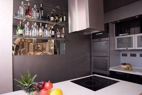 Zrcadlo v kuchyni odráží prostor obýváku
