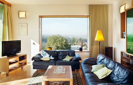 Z oken obývací části se vám naskytne hned několik různých pohledů na okolí domu