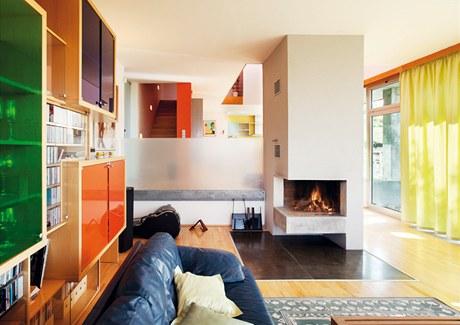 Interiér oživují výrazné barvy