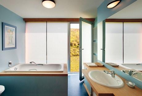 Koupelna v patře je kromě vany vybavená i sprchovým koutem