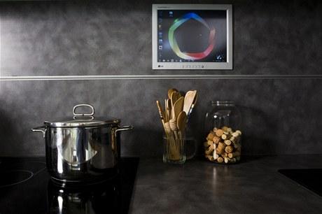 N�st�nn� dotykov� panely jsou v ka�d� m�stnosti. T�eba v kuchyni si na internetu najdete recept, pust�te televizi nebo na z�b�ru z bezpe�nostn� kamery zkontrolujete d�ti u baz�nu