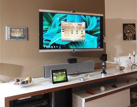 Ovl�d�n� syst�mu zobraz�te na n�st�nn�m panelu, tabletu i na televizoru