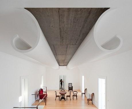 Odvážně řešený strop navrhl architekt s jediným záměrem. Má vyvolávat naprostý úžas