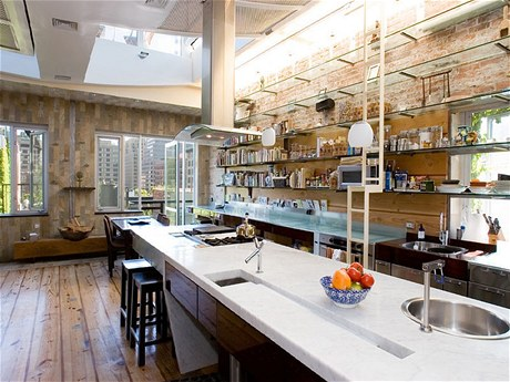 Na kuchyň navazuje jídelní kout s otevřeným ohništěm v pánvi wok (mezi okny). Z jídelní části lze vyjít na balkon