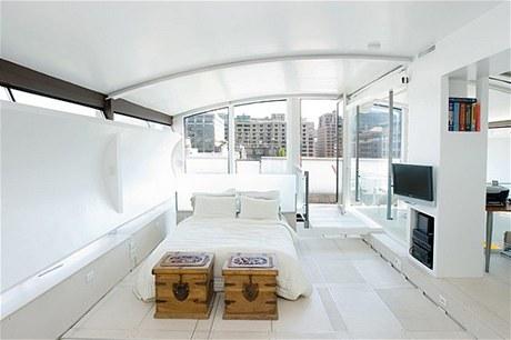 Podlaha ložnice je sestavena z velkých plastových desek, které se používají v newyorských lahůdkářstvích. Desky jsou pospojované hliníkovými pásy