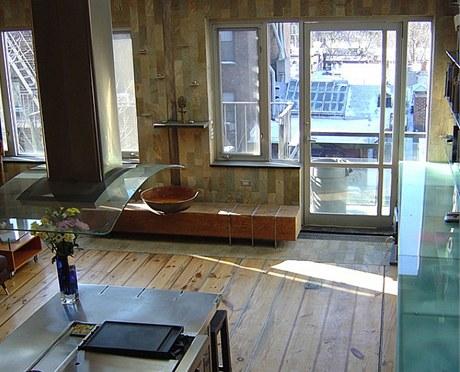 Všechno dřevo použité v interiéru pochází z rekonstrukcí starých bytů v okolí. Například podlaha je vyrobená z borovicových trámů ze sousedního domu