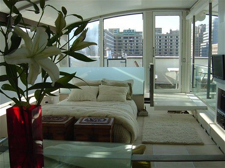 Ručně vyřezávané truhly v nohou postele v ložnici majitelů pocházejí z Bali. Střechu v ložnici lze otevřít