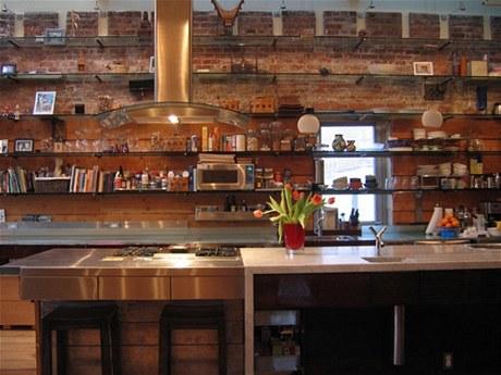 V kuchyni navrhl Kushner linku z nerezové oceli, stejně jako potravinové skříně, otevřené police a klasický plynový sporák
