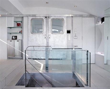 V ložnici se za dvoukřídlými železnými dveřmi, které původně byly součástí vlakové soupravy metra, skrývá prostorná šatna