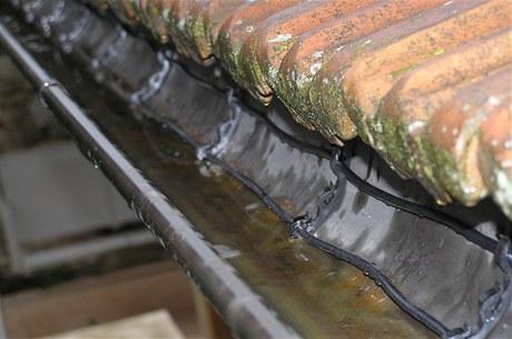 Díky topným kabelům sníh a led neucpou okapy a střechou nebude zatékat voda do interiéru