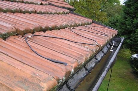 Kabely zabrání ucpávání a ohýbání okapů i svodů ledem, rozpustí sníh na kraji střechy, rozmrazí okolí střešních oken